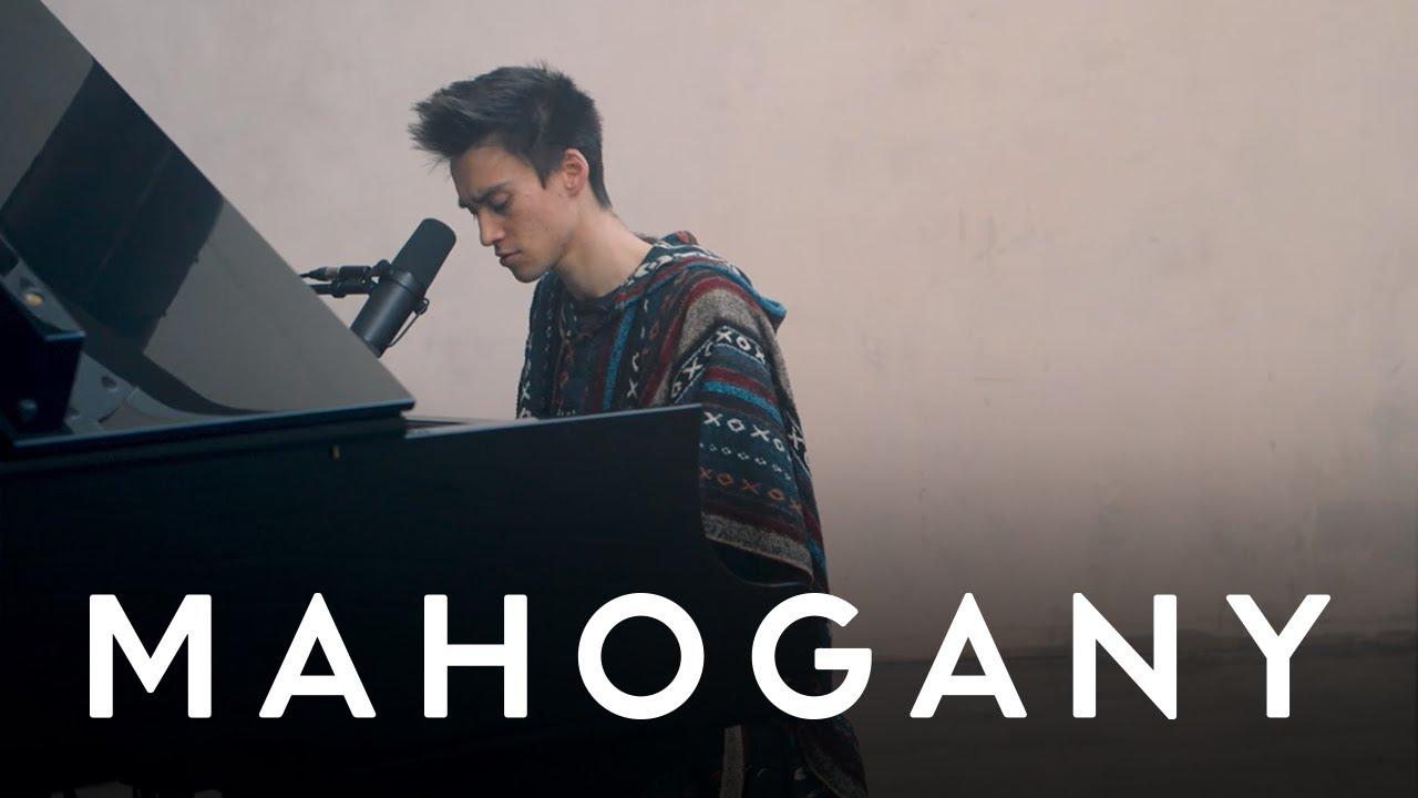 "Jacob Collier - 「Mahogany Session」にて""Make Me Cry""を披露 ピアノ弾き語り映像を公開 thm Music info Clip"