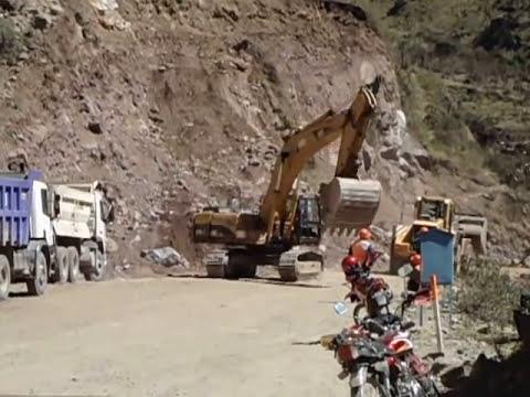excavadora en carretera transoceanica
