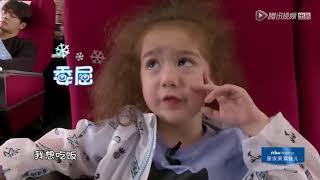 《放开我北鼻3》王嘉尔坐高铁偶遇忠实小粉丝,喂宝宝喝果汁小心翼翼~