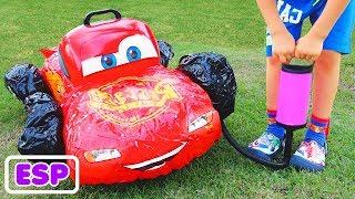 El niño Vlad finge jugar con coches de juguete rotos