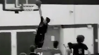 Download Watch 8th-Grader Trashaun Willis Born With Only One Arm DUNK In-Game! 3Gp Mp4
