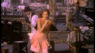 Watch Carly Simon Nobody Does It Better video