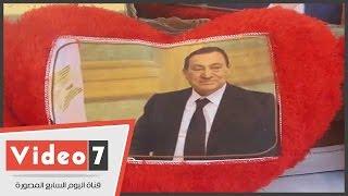 بالفيديو..مؤيدو مبارك يحتفلون بعيد ميلاده أمام مستشفى المعادى بصوره وباقات الزهور
