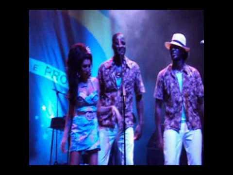 Amy Winehouse - dancing during the band presentation (Live @ Rio de Janeiro Jan