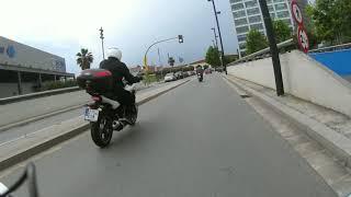 moto por la acera y otra que entra en boxes, sin frenar