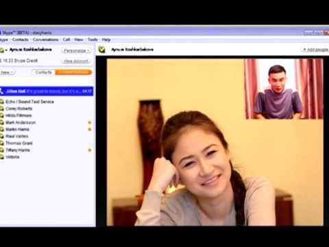 Девушка смотрит на парня в скайпе