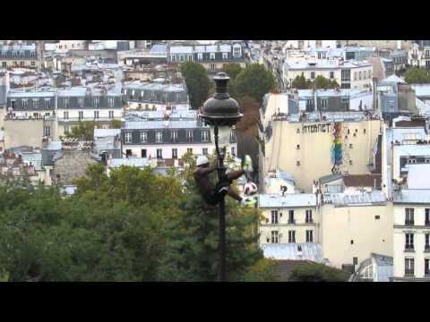 Выступление уличного гимнаста Iya Traorè на Монмартр в Париже.