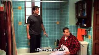 Two and a half men: Charlie escapando de Rose. (Sub en español)
