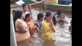 Heroine Srividhya bath in Godavari Pushkar Ghat