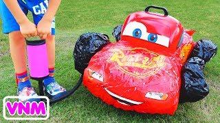 Trẻ em Vlad giả vờ chơi với ô tô đồ chơi bị hỏng