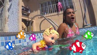 Baby alive faz aula de natação!
