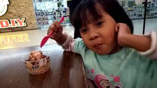 Elsya jalan-jalan dan makan di mall