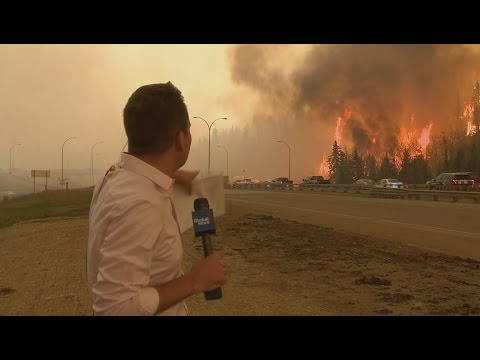 Caught on camera: Fort McMurray fire erupts behind Global News reporter