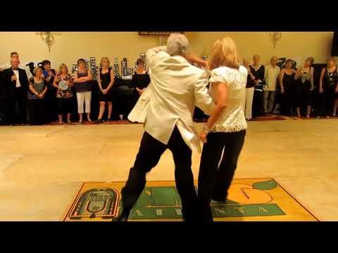 Ce couple épate l'assistance en dansant