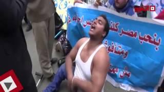 اتفرج | أحد المعاقين يخلع ملابسه أمام مجلس النواب .. ويردد «مش عايزينكم»