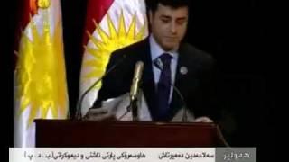 Selahattin Demirtaş Kürdistan bayrağı altında Kürtçe konuşuyor