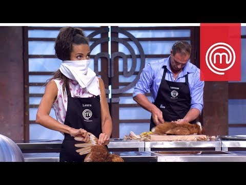 Laura Barriales non riesce a spennare la gallina | Celebrity MasterChef Italia 2