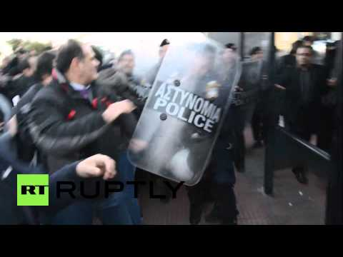 Greece: Athens demonstrators rebel against protest ban