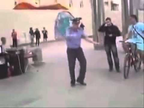 мент танцует джигу