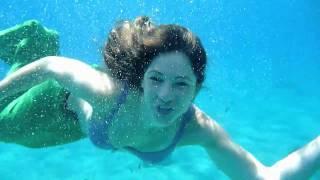 Chica disfrazada de sirena canta Part Of Your World, bajo el agua