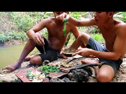 Primitive Technology : Cooking Big Fish on Roof Tiles Old ( Fish BBQ ) | wilderness Life