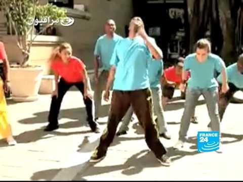 Image video مراقبون: جزيرة البطالة، مباني ملونة ورقصة كأس العالم