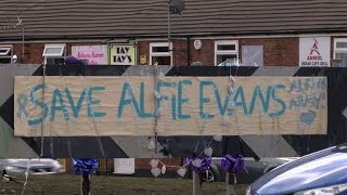 Tributes outside UK hospital in support of terminally ill baby