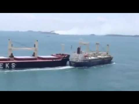 ? Espectacular choque entre dos barcos gigantes  Crash between two cargo ships   YouTube
