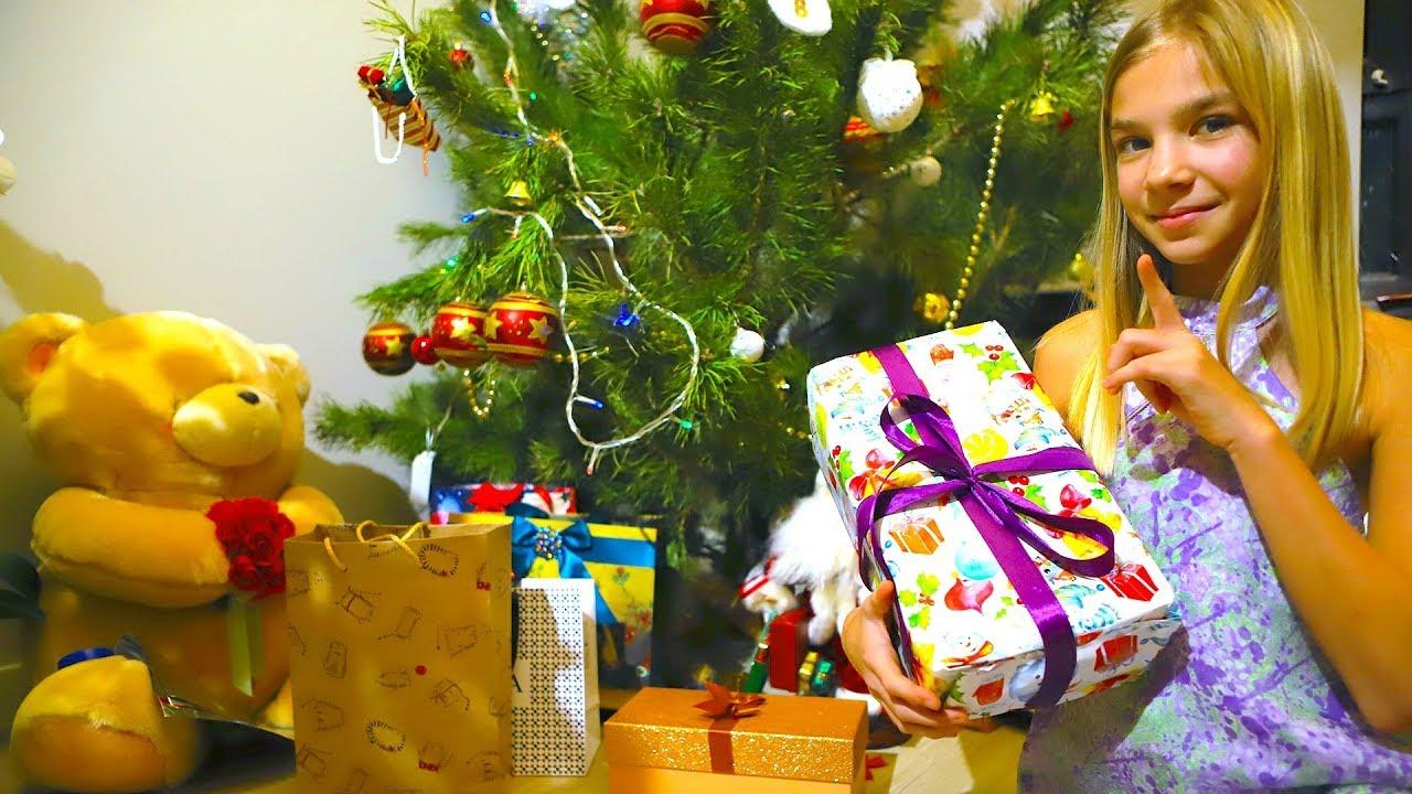 Диана и рома открывают новогодние подарки 56