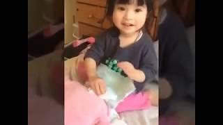 Suri thay tã cho em bé