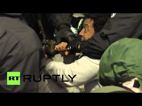 Germany: Chained-up refugees resist police eviction from occupied building
