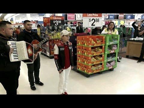 Cantando Corridos En La Walmart