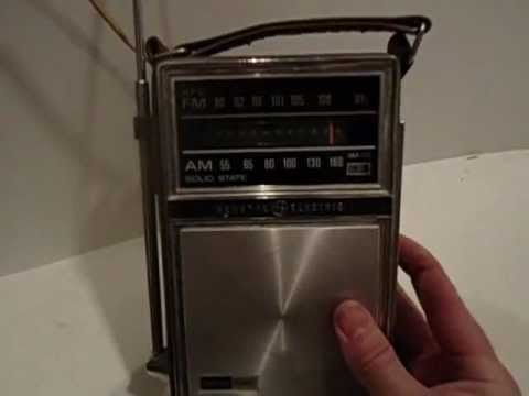 Vintage GE General Electric Portable AM/FM Radio- Model P977E