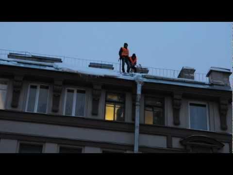 Таджики сбивают сосульки с крыш в Питере