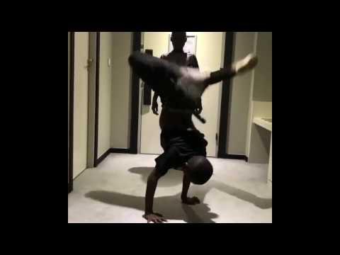 شابان يبدعان في الرقص thumbnail