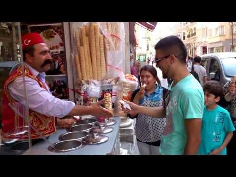 トルコアイスを売る男性が披露する見事なパフォーマンス!