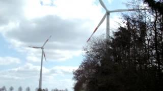 Windkraft auf dem Felde und im Walde.