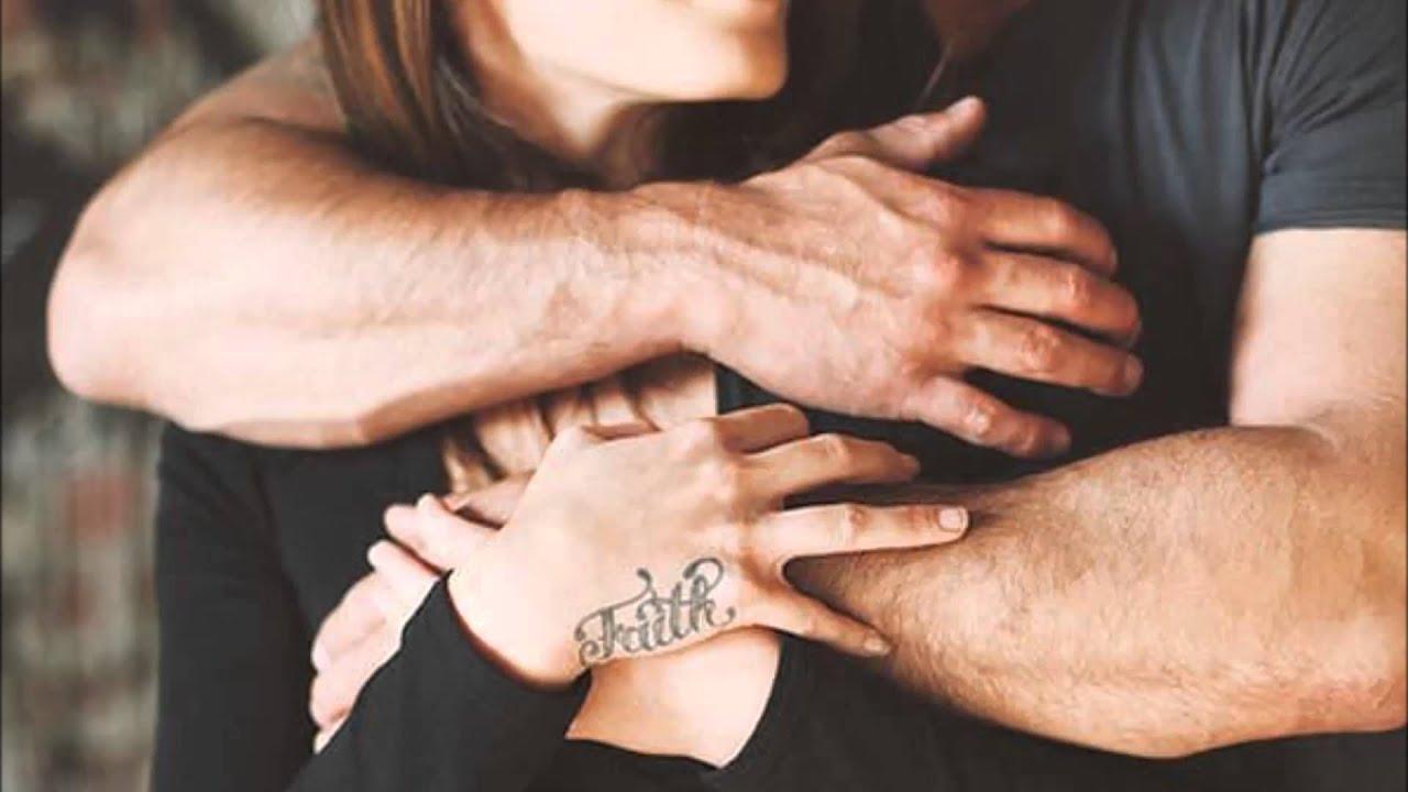 Покойник протягивает мне свои руки