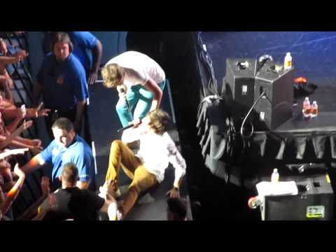 Harry Styles falling and hurting his wrist - Connecticut 5/22/12 Music Videos