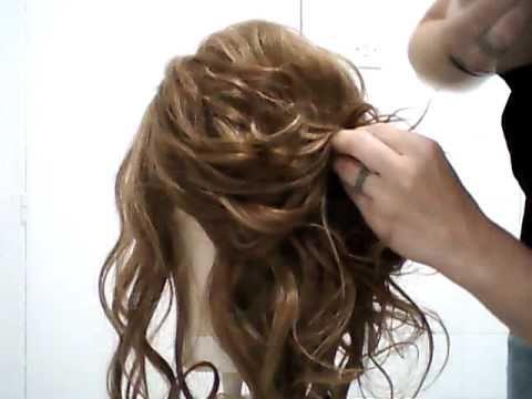Recogido en cabello rizado.
