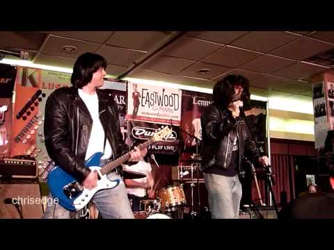 HD - Guitar Geek Festival 2010 - Johnny Ramone Tribute - Intro and Blitzkreig Bop - With Tom Kenny
