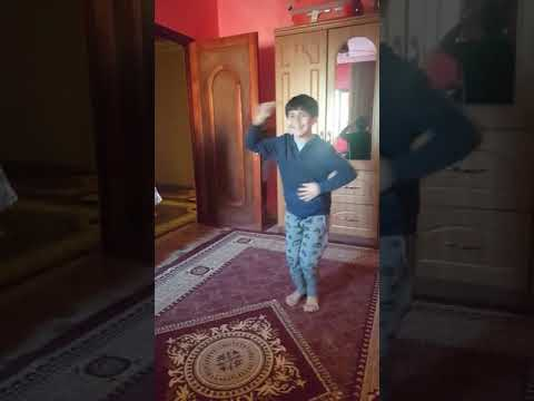 طفل يقلد الرقص الشعبي المصري thumbnail