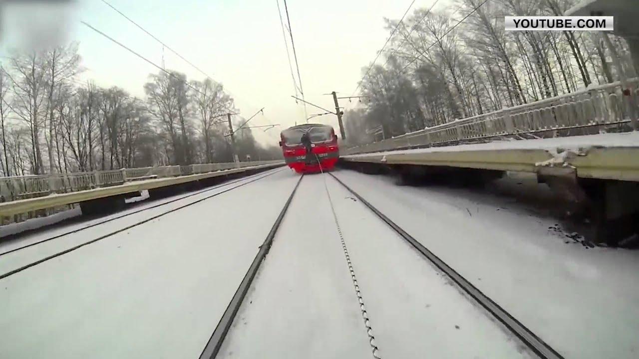 Vonattal húzatja magát a síelő - videó