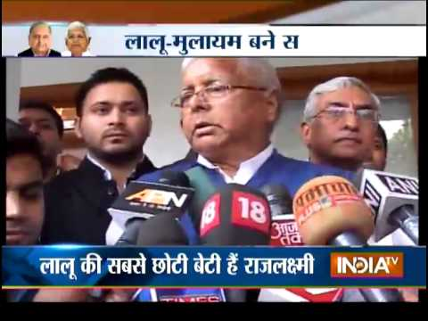 Lalu Visits Mulayam Singh Yadav In Lucknow With 'shagun' For Daughter's Wedding - India TV