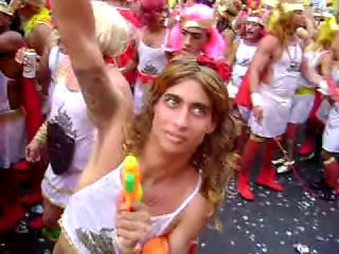 Loirinhas Mijando no Carnaval!!! rs rs