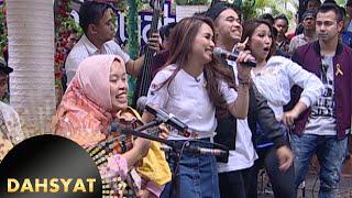 Ayu Ting Ting Nyanyi Akustik 'Sambalado' Bareng Ibu Sri Pengamen Jalanan [Dahsyat] [15 Feb 2016]