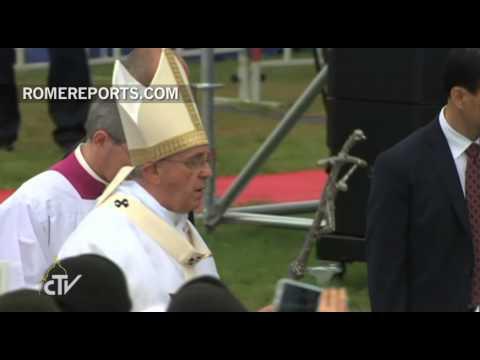Miles de personas reciben al Papa antes de la Misa de clausura de la Jornada Asiática de la Juventud