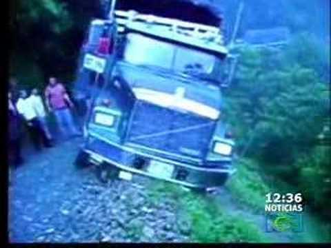 Camion cae al abismo
