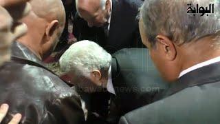 البوابة نيوز | بالفيديو .. مرتضى منصور يُقبِّل رأس طارق سليم في عزاء حمادة إمام