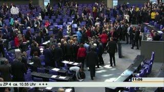 video Roma, 27 feb. (askanews) - E' filato tutto liscio al Bundestag, o quasi. La camera bassa tedesca ha ratificato il via libera ai quattro mesi di proroga degli aiuti europei alla Grecia, come...